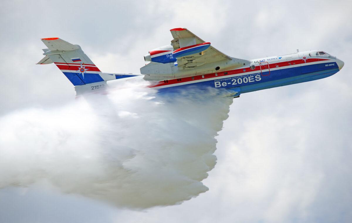 https://kosmodromio.gr/wp-content/uploads/2021/08/Beriev-Be-200ChS-21512-Russian-Ministry-of-Emergency-Situations-water-drop-1200x760.jpg
