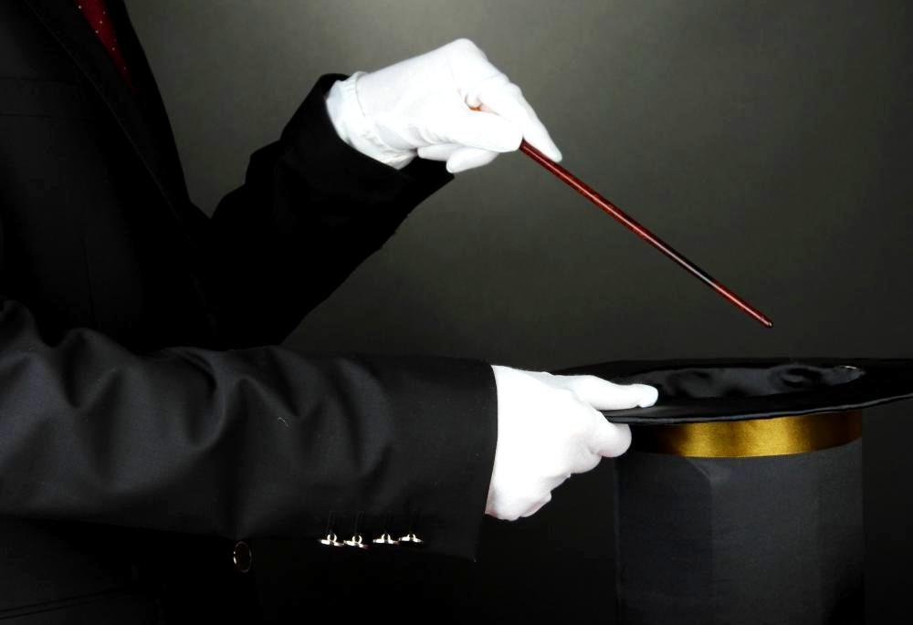 https://kosmodromio.gr/wp-content/uploads/2021/08/magician-in-white-gloves-with-hat.jpg